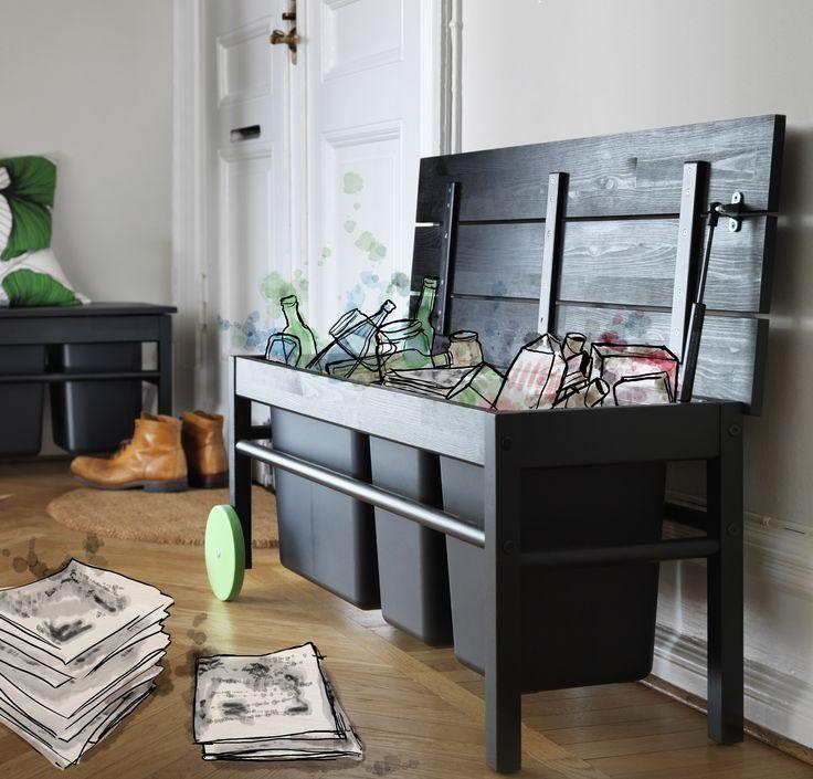 Een duurzaam leven thuis? Het draait allemaal om het beste uit je meubels te halen. Met ANVÄNDBAR bank bespaar je ruimte door afval in de zitting te scheiden. | #nieuw #collectie #IKEA #IKEAnl #afvalscheiding #opbergen #recyclen #milieubewust #duurzaam #DagvandeDuurzaamheid