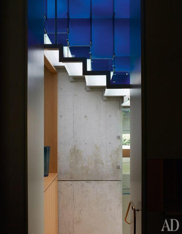 Лестница в спальню хозяина. Ее сделали из синих стеклянных пластин, закрепленных…