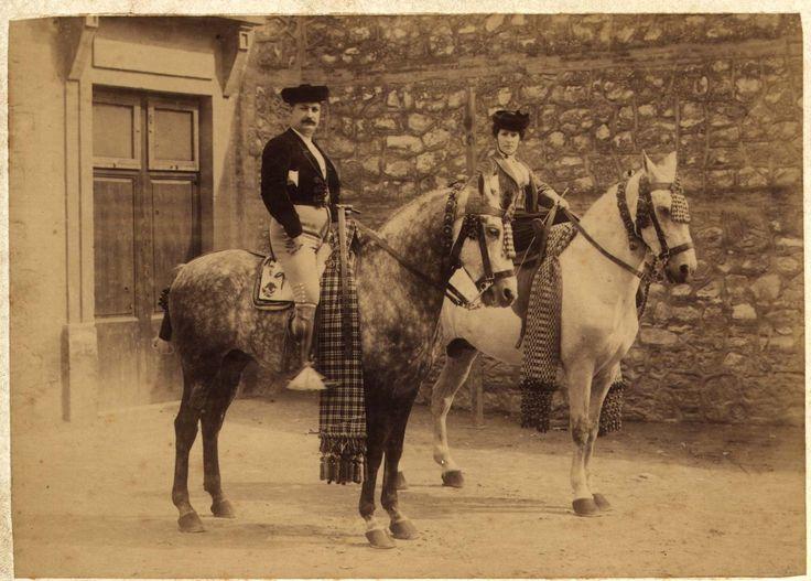 [Lola Millanes y Antonio Ferrándiz a caballo en el patio de la plaza de toros de Valencia] - García, Antonio, 1841-1918