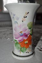 #Фарфоровая вазочка 60-ого г. ручная роспись Дулево. - 1000 р. #  Красивая фарфоровая вазочка цветочный рисунок надглазурная ручная роспись позолота высота - 13.8 см диаметр: верхний - 9.8 см нижний - 7 см изготовлена в 60-м г. 2-ой сорт синий штамп завод Дулево. Состояние идеальное без трещин склеек реставрации немного потерта позолота. Небольшой брак на дне с внешней стороны фото  в общем не заметен. Убедительная просьба покупателям внимательно ознакомится с условиями покупки и доставки…