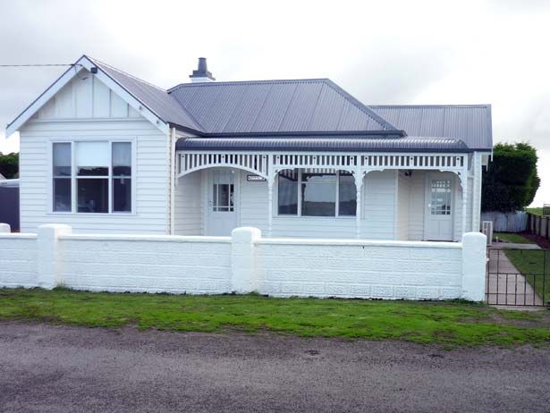 Calgary House & Cottage Killarney Heather & Paul Gleeson 104 Survey Lane, Killarney Victoria 3283  Tel: 61 (3) 5568 7318 Mob: 0419 593 744  Email: stay@calgaryhouse.port-fairy.com  Web: calgaryhouse.port-fairy.com  Book Now: Secure Booking Form