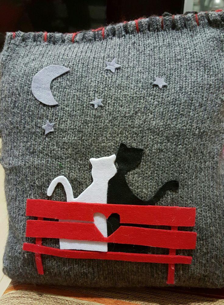 Cuscino con maglia riciclata a applicazioni in feltro