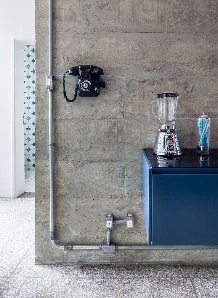 Decoração, Decoração de apartamento, apartamento, decoração moderna, cozinha, decoração de cozinha, cozinha colorida, armário azul, armário de cozinha, tubulação, tubulação aparente.