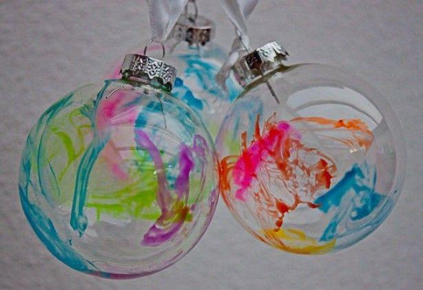 Glazen kerstballen (Action) beschilderen met glasverf of nagellak. Erg leuk om cadeau te doen!