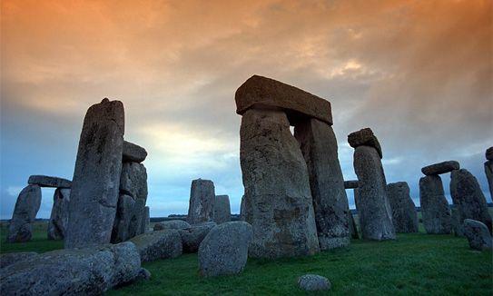 La pierre est orientée: elle peut donc servir à retrouver le nord.  Stonehenge, l'enceinte de pierre.