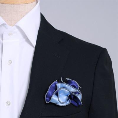 ネイビーとサックス、どちら色でも使えるシルク100%のリバーシブルポケットチーフ。挿す際の形を作りやすいリング付き。 Pocket handkerchief 100% silk that can be used on both sides (with ring)