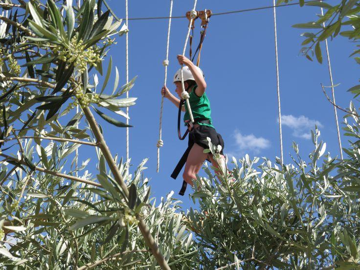Klimmen in  klimpark Jumpland Aventura Ecològica net buiten Cambrils