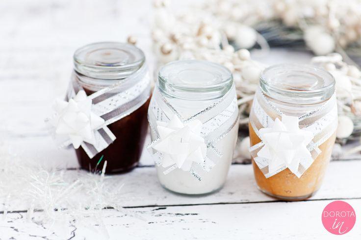 Domowe masła orzechowe i czekoladowe, zapakowane w słoiczki ze świąteczną dekorację.  http://dorota.in/jadalne-prezenty-na-boze-narodzenie/