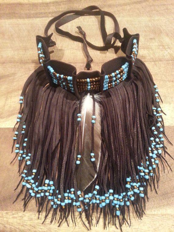 Hand gearbeitete Perlen Collier gemacht in einen Hirsch verstecken Stück mit Fransen. Mit Federn und Perlen verziert.