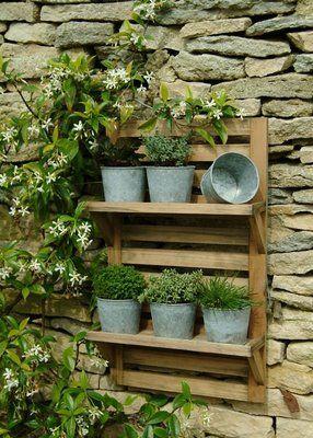 petite herb garden.: Herbs Racks, Gardens Ideas, Pallets Shelves, Stones Wall, Gardens Shelves, Wooden Wall, Herbs Gardens, Outdoor Shelves, Old Pallets