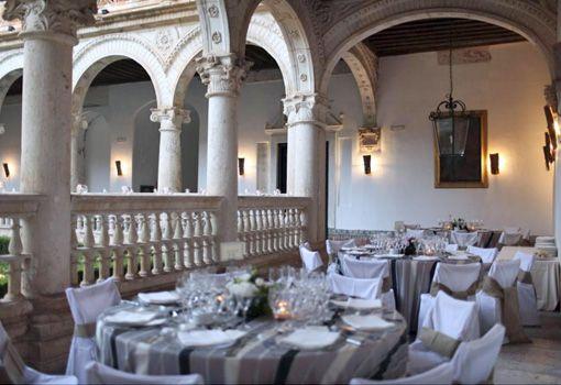 Celebración La cena tuvo lugar en el claustro del Monasterio, decorado con cientos de velas y antorchas. Los centros de mesa estaban realizados por Alfabia y estaban formados por hortensias blancas y rosas.