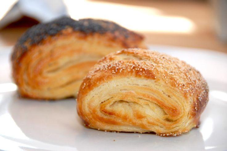 Lækre tebirkes, som er nemmet at bage. Selvom de er lavet af en wienerbrødsdej, så kan du lave dem på kort tid. Foto: Guffeliguf.dk.