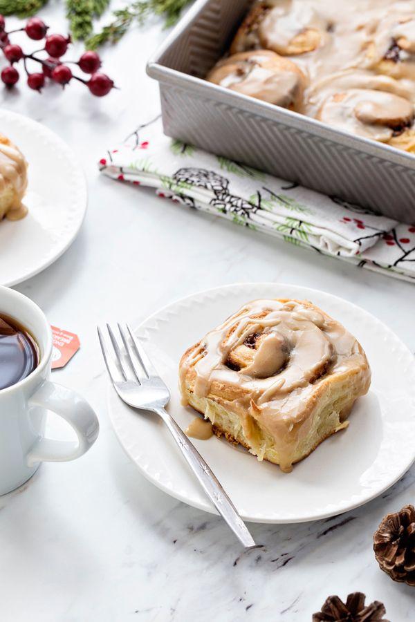 Durante la noche del caramelo rollos de canela hará mañana de Navidad aún más increíble!  Nadie será capaz de resistir un rollo de canela caliente recién salido del horno!