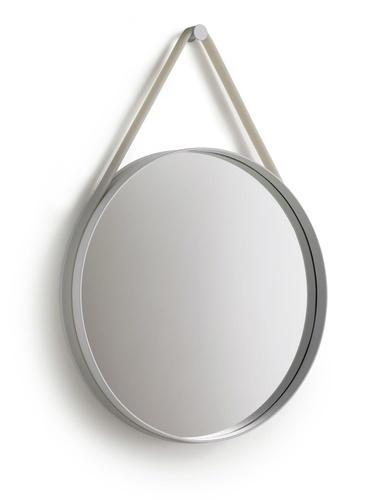 Speil designet av HAY. Med grå strop i silikon. D 50 cm.