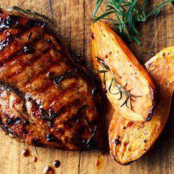 Kurczak balsamico z pieczonymi batatami i surówką z ogórka | Kwestia Smaku