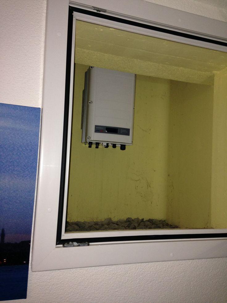 Der Wechselrichtiger wurde in der Zwischenzeit im Lichtschacht (Witterungsgeschützt) montiert.