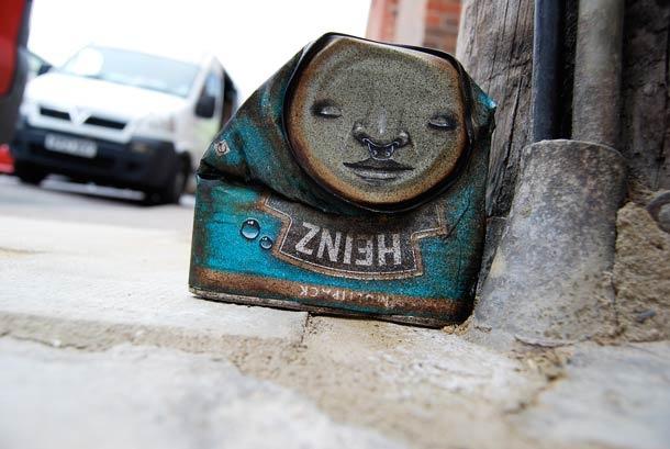 Le street artist My Dog Sighs peuple la ville de boites de conserves qu'il transforme en personnages étranges