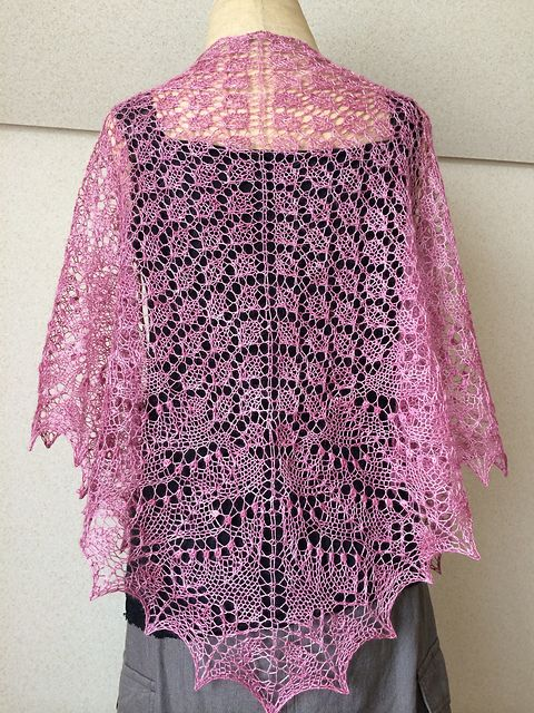Ravelry: Project Gallery for Swallowtail Shawl pattern by Evelyn A. Clark, free pattern.
