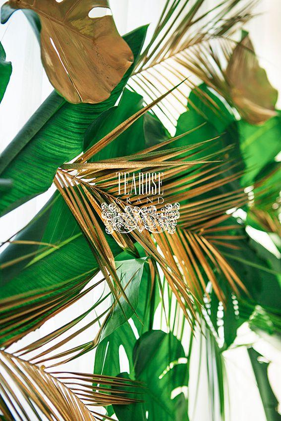 Trópusi esküvő - főasztal mögötti levélfal