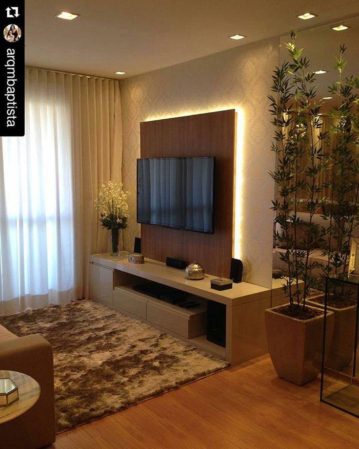 Começando bem o dia com esse linda sala de estar/TV pequena. O painel de TV com iluminação indireta deixou o ambiente mais a moderno. Projeto das arquitetas Mariane e Marilda Baptista @arqmbaptista #blogmeuminiape #meuminiape #apartamentospequenos #inspiracao #saladeestar #saladetv #paineldetv #iluminacao #interiordesign #decor #decoracao