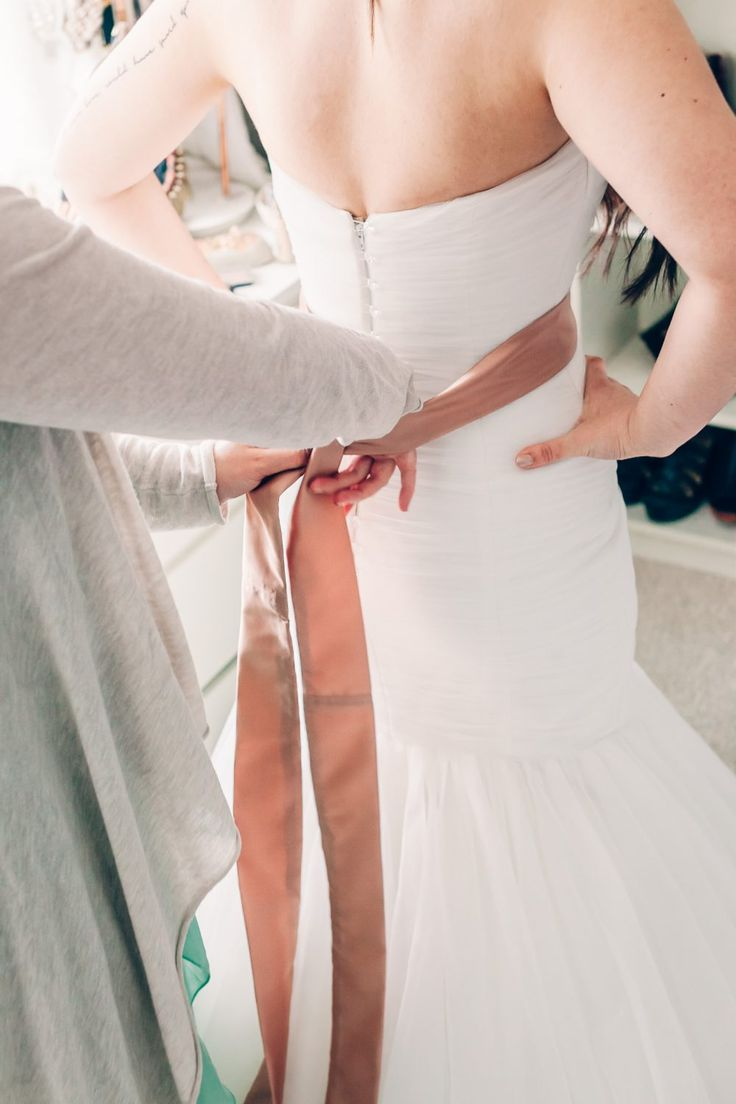 Eine Seidenschleife passend zur Fliege, Einstecktuch und Kummerbund vom Bräutigam