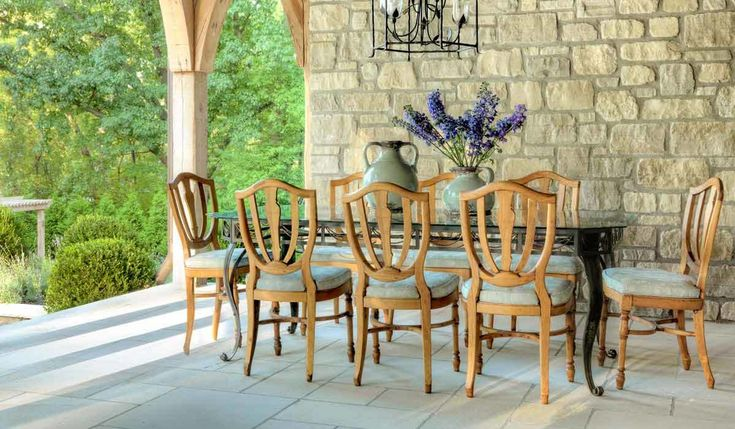 Enjoying meals outside is one of the perks of summer. We found five dining sets that are perfect for a summer full of alfresco dining. #outdoorliving #patio #alfrescodining