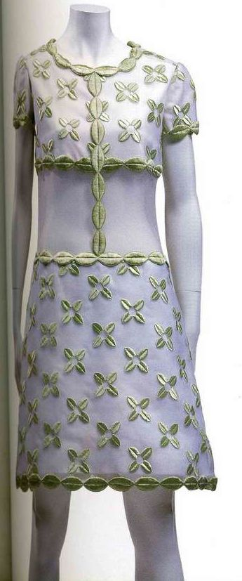 Платье. Андрэ Куррэж, 1967. Белый хлопчатобумажный атлас, верхний слой из шелковой ткани органди с вышивкой цветочным узором.