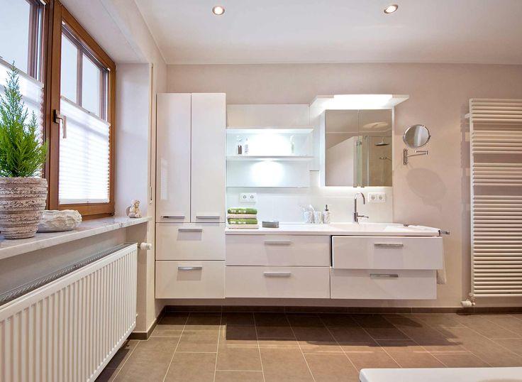 Großer Waschebercih Mit Einem Wandhängendem Hochschrank, Einem Glasregal  Und Einerm Waschtischunterschrank Mit Vier Großen Schubladen