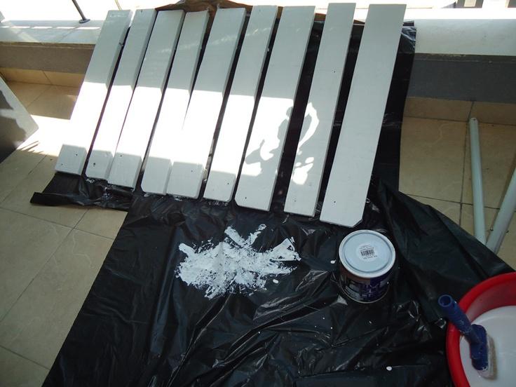 2º Después le hemos dado una capa de imprimación, lijado impurezas y luego una capa de pintura para madera lavable blanca.