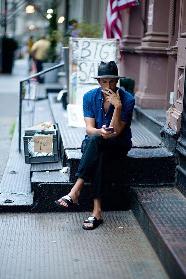 グレーハット×青半袖シャツ×ネイビーパンツ×Nikeサンダル黒