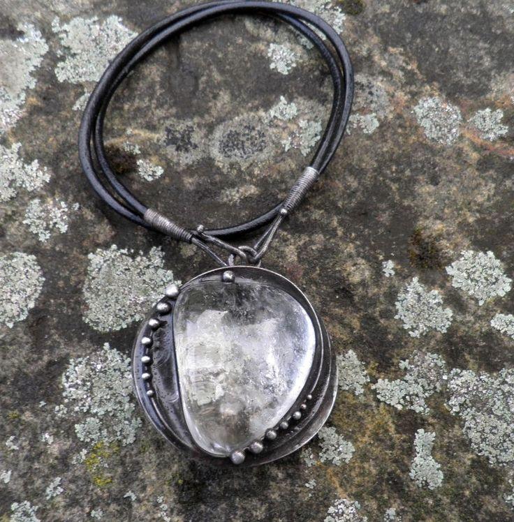 Křišťálek...na přání Šperk je vyroben z cínu, který byl patinován a ošetřen antioxidačním olejem... Vsazeným minerálem je křišťál. Rozměry šperku jsou cca 5 x 5 cm. Šperk je zavěšen na kožený řemínek délky cca 45 cm, který je zakončen naším originálním, ručně vyrobeným zavíráním. Jeden konec řemínku do koncovky nevlepujeme, aby jste si mohli jeho délku ...