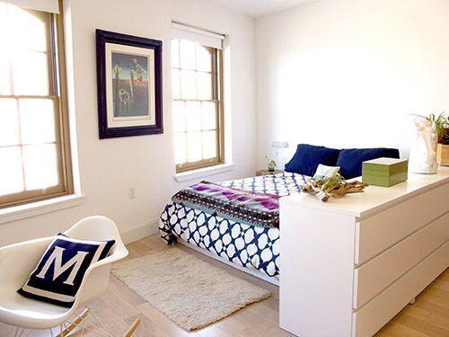 Фотография: Спальня в стиле Скандинавский, Квартира, Советы, как совместить спальню с гостиной, как обустроить в одной комнате две зоны, зонирование комнаты – фото на InMyRoom.ru