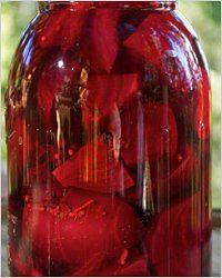 Консервированная свёкла «Гарная дивчина» Ингредиенты: 1 кг свёклы, 150 г лука, 2 ст.л. соли, 3 лавровых листа, 8 горошин душистого перца, 3 гвоздики, 4 горошины чёрного перца, ½ ч.л. кориандра. Приготовление: Отварив свёклу, сразу опустите её на несколько минут в холодную воду, очистите и нарежьте средними кубиками. Лук нарежьте кружочками. Уложите свёклу в банки, перекладывая луком и пряностями, и залейте горячим рассолом, приготовленным из 1 л воды и соли, доведённым до кипения…