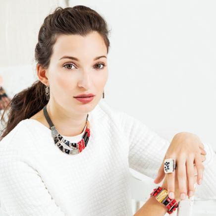 Anne-Marie Chagnon Collection 2015 Printemps-Été Collier : Philippe - rouge Boucles d'oreilles : Aïda Bracelet : Masaru - rouge Bague : Justine - noir & crème --------------------------- 2015 Spring-Summer Collection Necklace: Philippe - red Earrings: Aïda Bracelet: Masaru - red Ring : Justine - black & cream