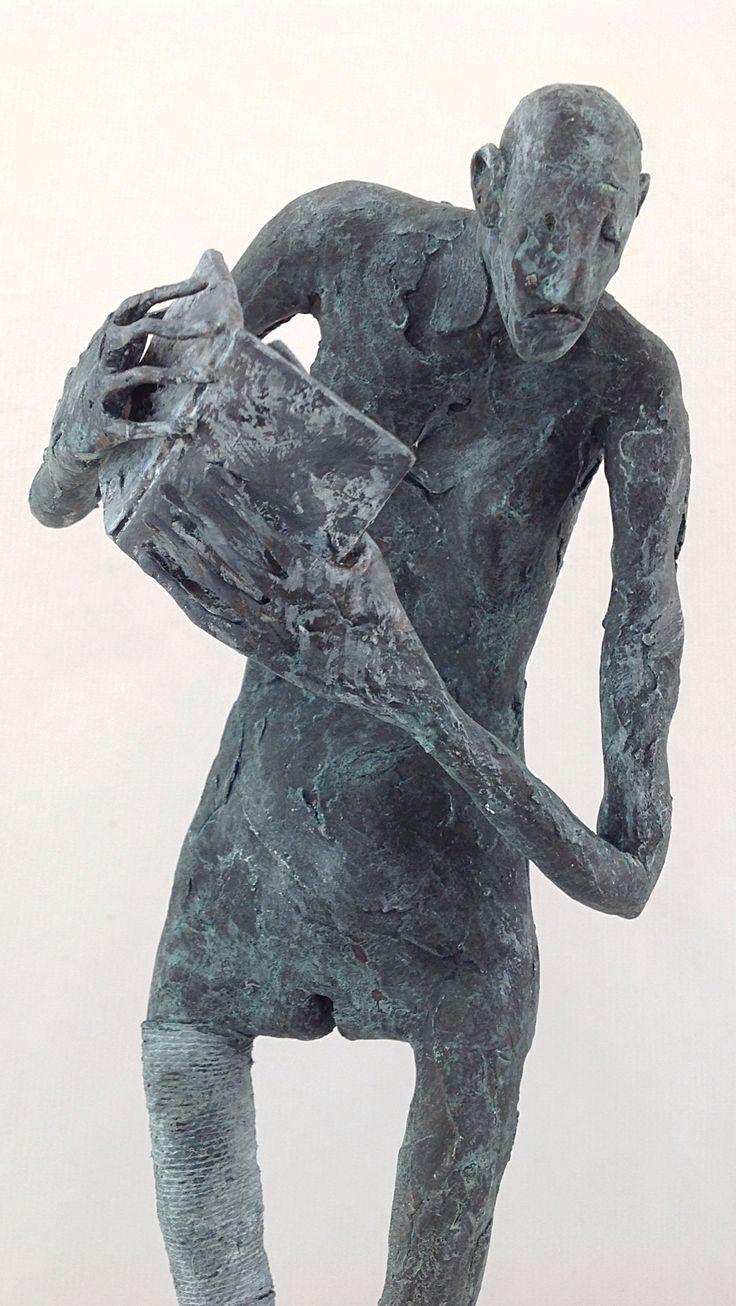 "Pablo Hueso. ""Pérdida"" Figura Ne318. 2016. Arcilla polimérica. Polvo de bronce patinado. Acero, cuerda. 39 x 14 x 14 cm. http://www.pablohuesoart.com"