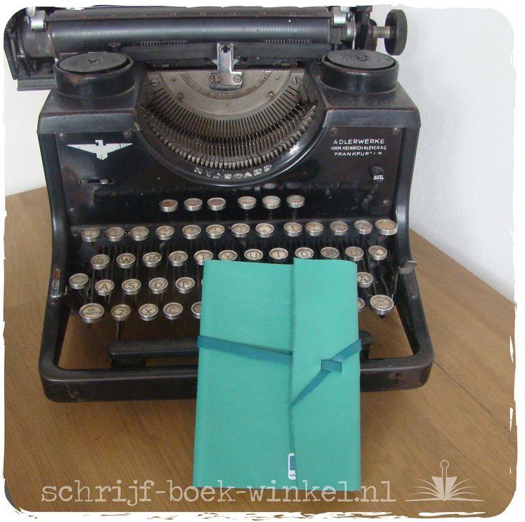 Nieuw: A6 formaat lijntjes boek met handgemaakte, turquoise lederen kaft.