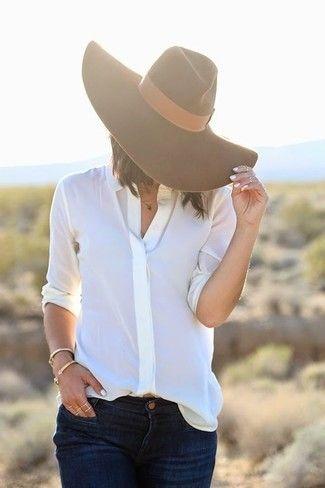 Weißes Businesshemd, Dunkelblaue Jeans, Brauner Wollhut für Damen