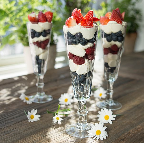 Så flott!  Lett og deilig dessert; visp kremfløte til krem og legg lagvis med bær.