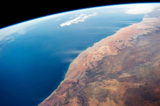 Deserto della Namibia – 21 giugno 2014  I grandi pennacchi di polvere sono causati da forti venti al largo della costa del deserto della Namibia.