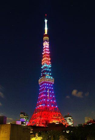 リオデジャネイロオリンピックの開会式が行われた 2016 年 8 月 6 日、東京タワーも、五輪カラーをイメージさせる5色のライトアップに!リオ五輪