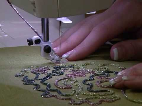 J'ai trouvé plusieurs vidéos très intéressantes sur le pied de biche pour la couture de cordons et rubans. Ces vidéos donnent des idées d'utilisation de cette technique. On peut faire une bordure pour un quilt, pour un appliqué, décorer le tissu avec...