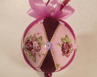 Disegni sulla palla sono carica automatica orologio da tasca e un elemento di ingrandimento. Fatto con gli ingranaggi del orologio beige, scuro scuro e viola magenta tessuto, bronzo. Rifinito con cavo di champagne, nastro e spilli con testa perlata. Il regalo perfetto per qualcuno che gode di Steampunk e una grande aggiunta allalbero di Natale Sfera è circa 3 pollici di altezza. Ornamento è fatto utilizzando lo stile di giapponese chiamato Kimekomi che generalmente significa tuck. Un…
