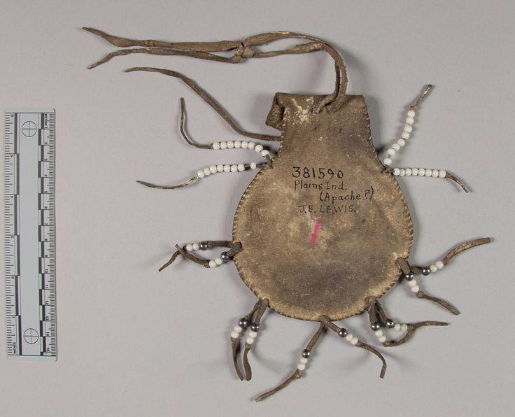 Маленькая круглая бисерная сумочка, Равнины (Апачи?). Б. Донор Mrs. J E. Lewis, 1941 год. Форт Силл, Оклахома. NMNH.