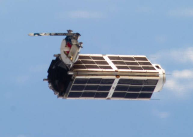 Planet-Labs-Flock-1-Dove-satellite-in-flight.jpg (642×454)