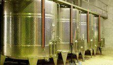 Κάδοι ανοξείδωτοι για την αποθήκευση του κρασιού.