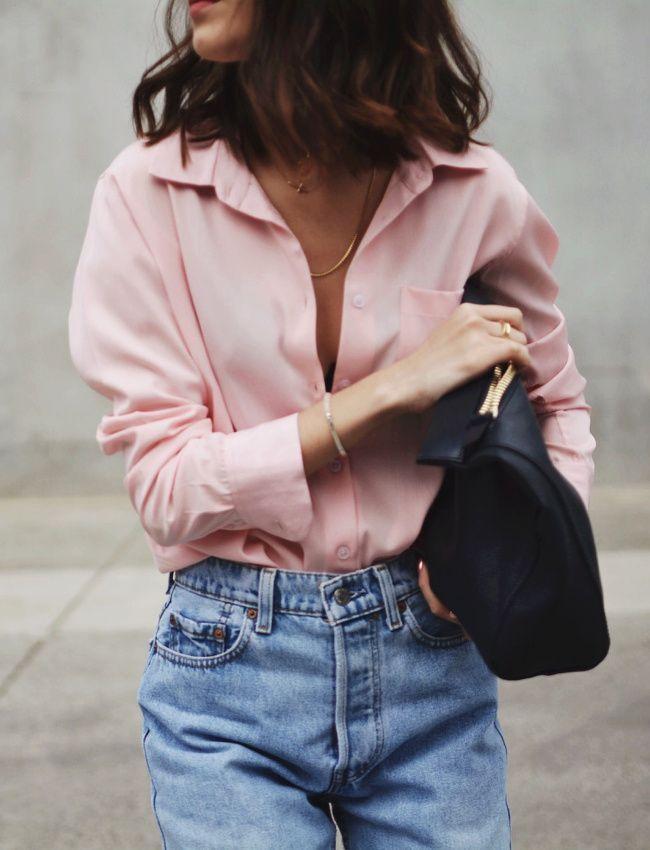 Street Style: Rosa Hemd verblasste Mom Jeans = di…