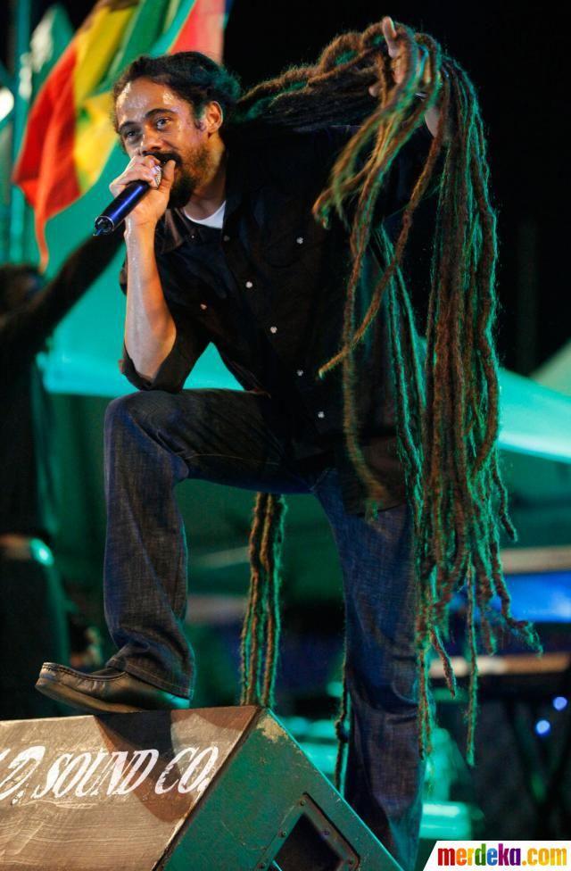 """Damian """"Jr Gong"""" Marley, putra sang legendaris Bob Marley, tampil dengan rambut gimbalnya yang panjang di konser House of Marley di Hasely Crawford Stadium, Trinidad dan Tobago, (31/8)."""