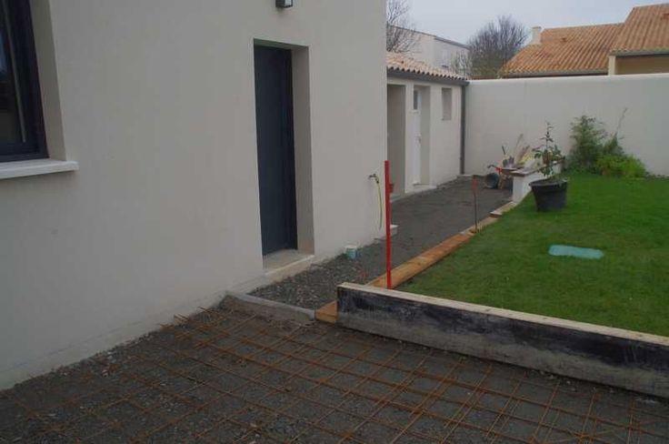 Le terrasses coulées en béton brut sont armées par un trellis. - La partie béton lavé sera un béton fibré