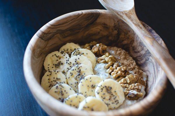 Śniadanie to ważny posiłek, więc powinno być sycące i ciepłe. Płatki owsiane zapewniają taki efekt, a do tego można je jadać z mnóstwem bardzo zróżnicowanych dodatków.