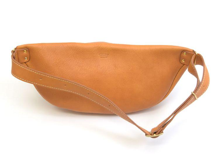 柔らかい革で使い込むと、背中へのフィット感も高まる本革ボディバッグ。サイズは大きめですが、革の素材感を活かしたシンプルデザインはメンズ・レディース問わずに使えるボディバッグです。